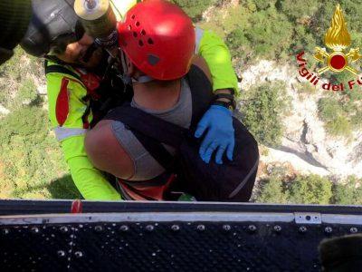 L'uomo viene portato a bordo dell'elisoccorso (foto Vigili del Fuoco)