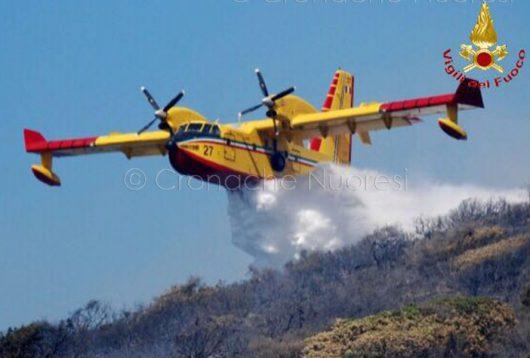 Uno dei canadair in azione sui monti di Orani (foto-VdF)