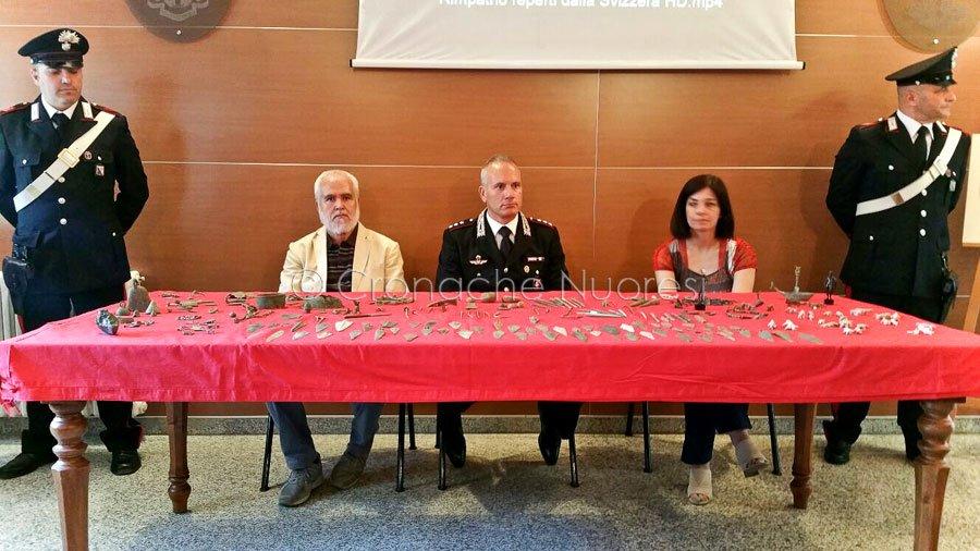 I reperti archeologici sequestrati dai Carabinieri (foto Cronache Nuoresi)