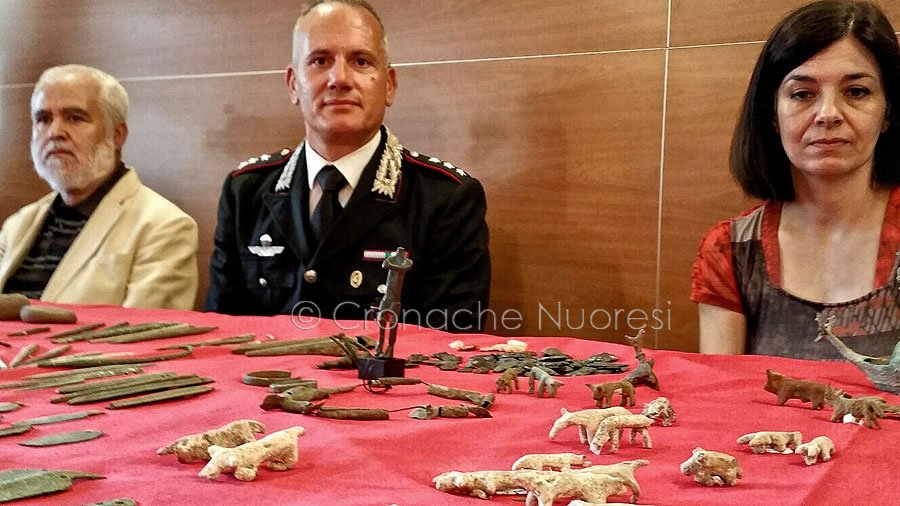 Tornano in Sardegna oltre quattrocento reperti archeologici venduti al mercato nero in Svizzera