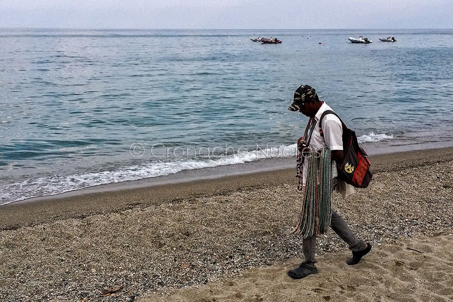 Un venditore ambulante in spiaggia (foto S.Novellu)