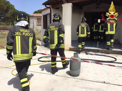 L'intervento dei Vigili del fuoco poco dopo l'esplosione della bombola a Tortolì