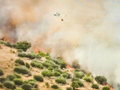 L'intervento di un elicottero durante l'Incendio