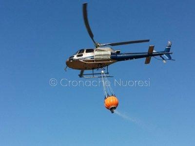 L'elicottero durante l'azione di spegnimento (foto S.Novelllu)