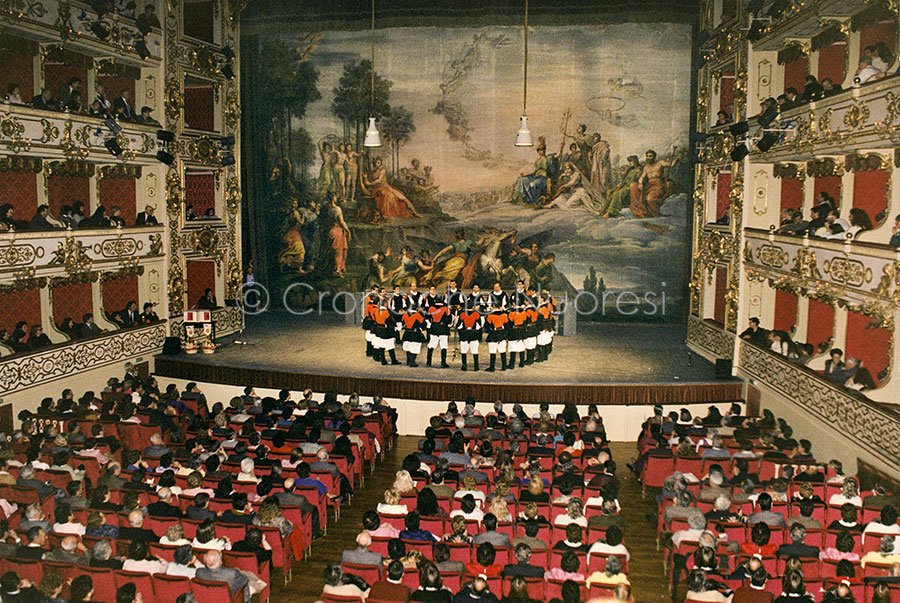 Il coro Barbagia al Teatro Regio di Parma (1990)