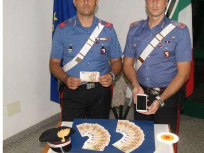 I Carabinieri con i soldi sequestrati