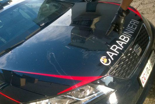 L'auto dei Carabinieri dopo il lancio di uova