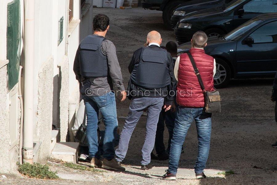 Questore e agenti durante le trattative con Pietrino Floris (foto S.Novellu)