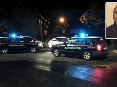 Orotelli, le auto dei Carabinieri e nel riquadro Giovanni Pes