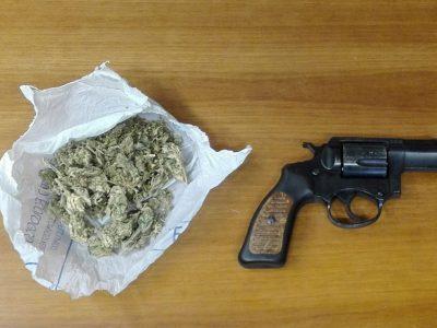La droga e l'arma ritrovati dai Carabinieri