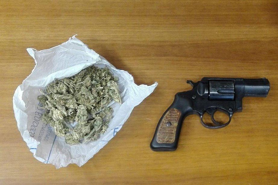 Una busta di marijuana e una pistola a tamburo rinvenuta in un vicolo