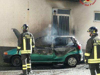 La Fiat Punto danneggiata dalle fiamme