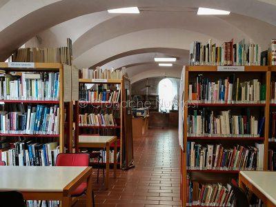 La sezione sarda della Biblioteca Satta (foto Cronache Nuoresi)