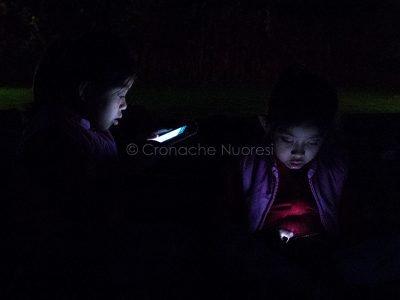 Adolescenti con lo smartphone (foto S.Novellu)