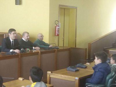 I giovani alunni in visita nella sala consiliare
