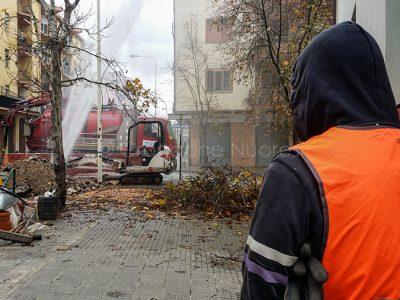 Il gettito d'acqua che fuoriesce dalla condotta in via Martiri della Libertà (foto S.Novellu)