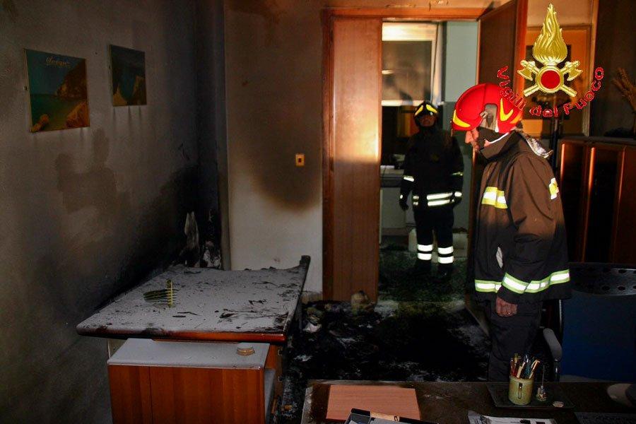 L'ufficio del Comune dopo l'intervento dei Vigili del fuoco