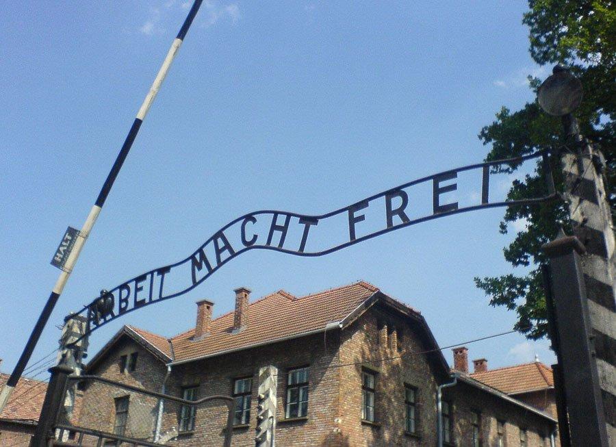 L'ingresso al campo di concentramento di Auschwitz