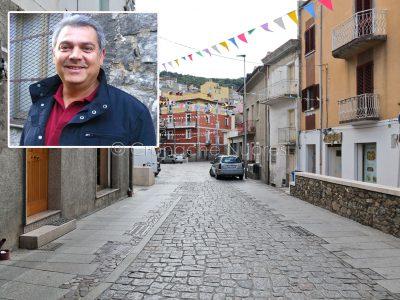 Uno scorcio di Orgosolo e nel riquadro il sindaco Dionigi Deledda