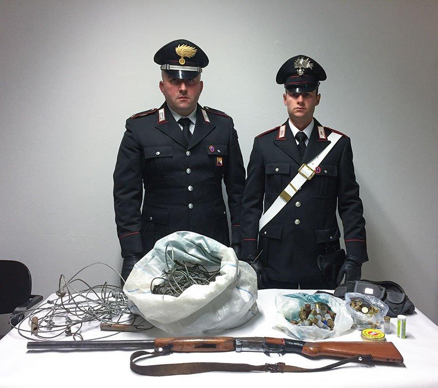 I Carabinieri con l'arma e le munizioni sequestrati