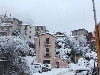 Uno scorcio di Urzulei sotto la neve