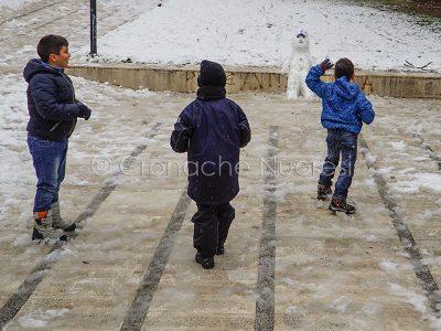 Nuoro. Bambini giocano con la neve in p-zza De Bernardi (foto S.Novellu)
