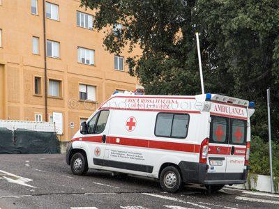 Un'ambulanza entra la Pronto Soccorso del S.Francesco (foto S.Novellu)