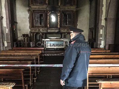 Sindia. L'altare della chiesa di San Demetrio dopo l'attentato incendiario