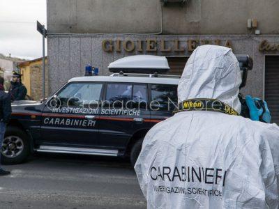 Rilievi dei RIS davanti alla casa del gioielliere di Sorgono (foto S.Novellu)