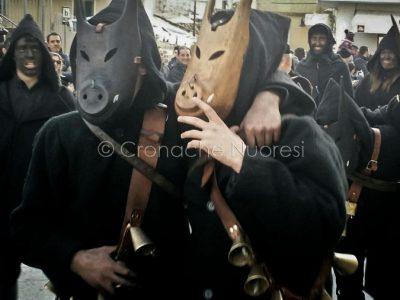 La sfilata delle maschere tradizionali a Nuoro (foto Mino Picirillo)