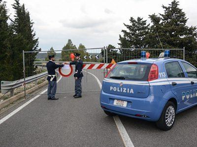 Gli agenti della Questura appongono i sigilli al ponte di Oloè