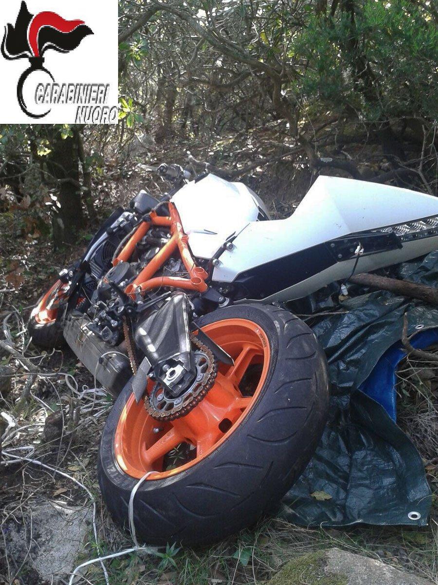 Ritrovata in campagna una moto rubata: si indaga per risalire al proprietario