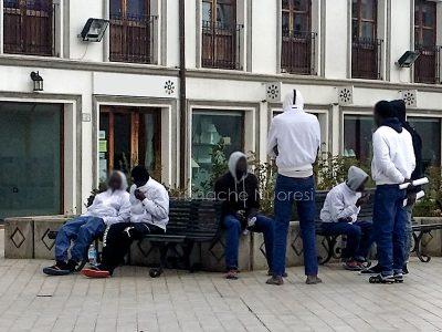 Nuoro, gruppo di migranti davanti alla Questura (foto S.Novellu)
