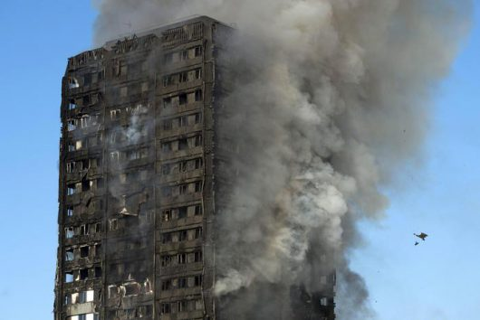 Il Grenfell Tower in fiamme
