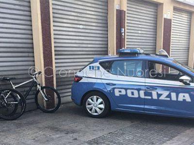 Una volante della Polizia in via Martiri della Libertà con le due biciclette rubate