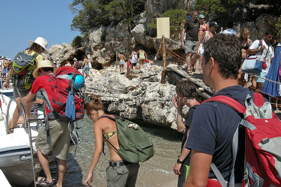 turisti a Cala luna (foto S.Meloni)