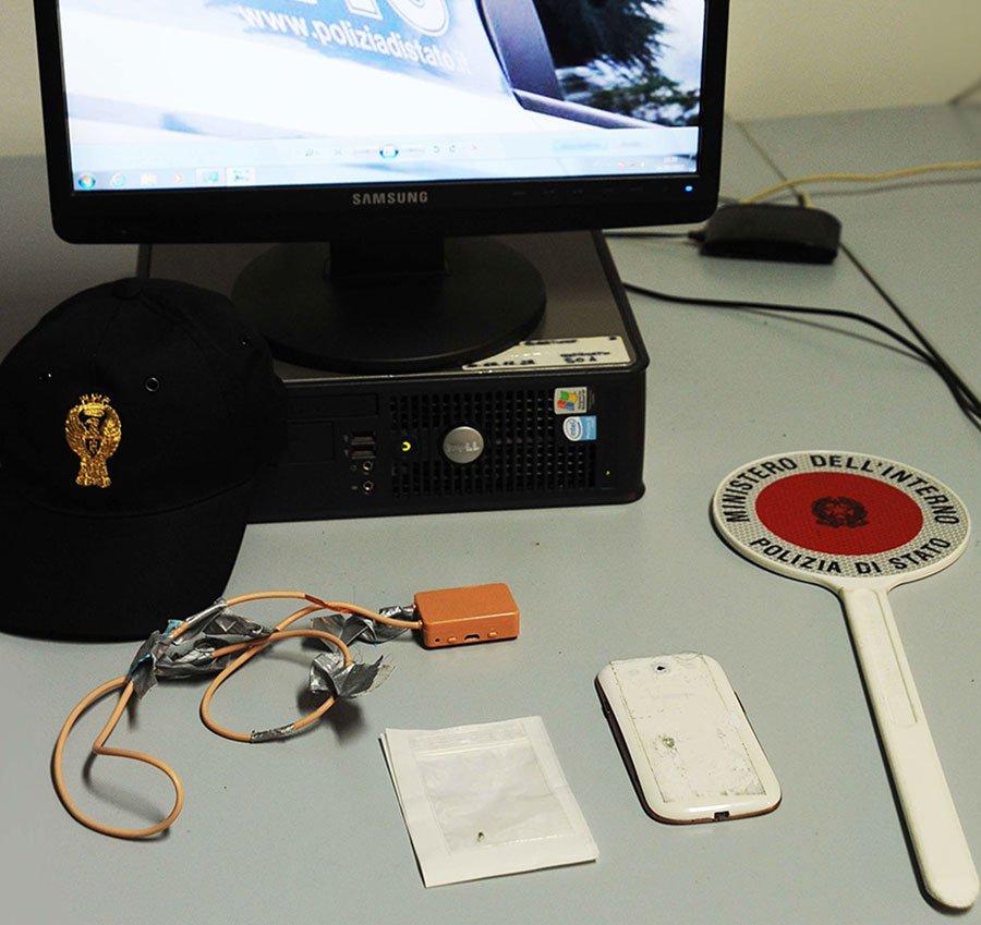Gli oggetti sequestrati dalla Polizia