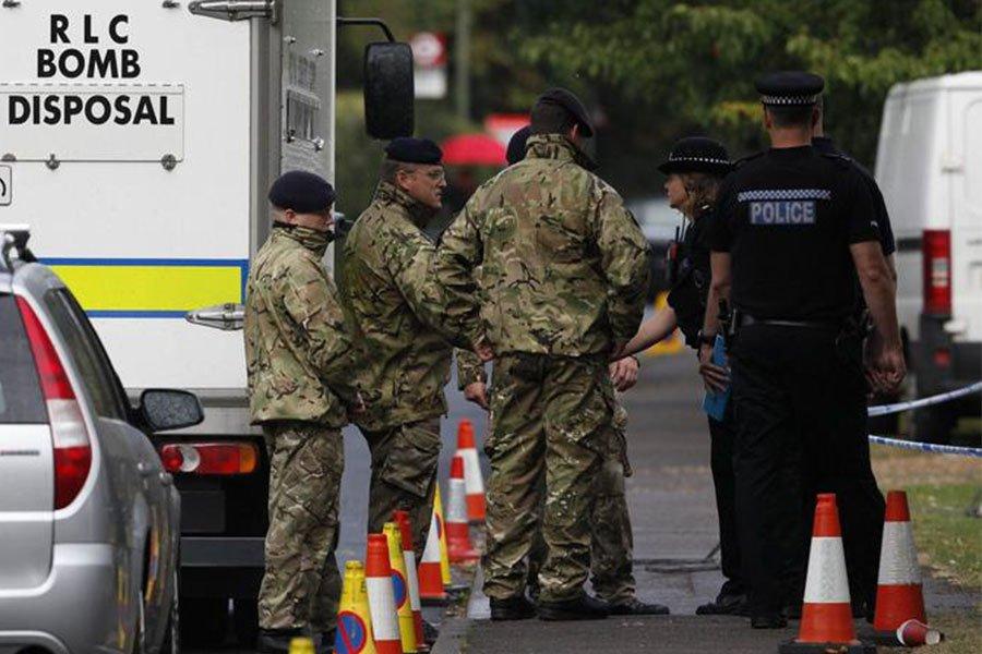 La polizia inglese davanti agli uffici di collocamento