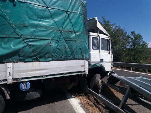 L'autocarro dopo l'incidente