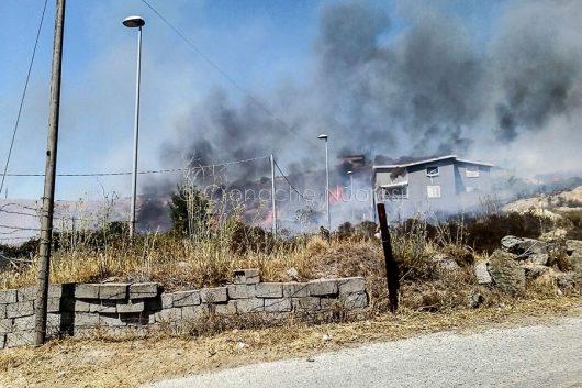 Le fiamme alle porte di Sarule (foto R.Soru)