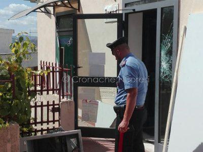 I carabinieri presso la filiale presa di ira dai banditi