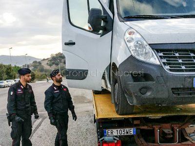 I Carabinieri dopo il rinvenimento del furgone dei tabacchi rapinato