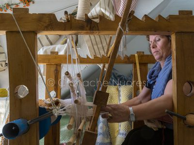 Lollove, un'artigiana al telaio (© foto S.Novellu - tutti i diritti riservati))