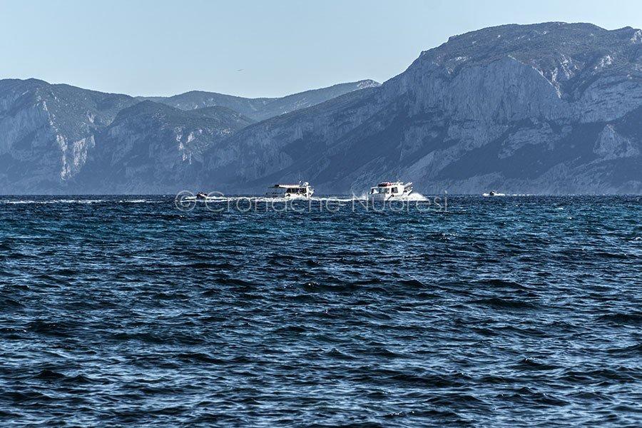 Imbarcazioni nelle acque di Cala Gonone (© foto S.Novellu)