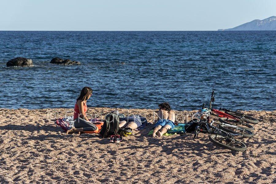 Cala Gonone, turisti nella spiaggia di Palmasera (© foto S.Novellu)