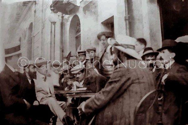 Sebastiano Satta ai tavoli dell'allora Caffè della Posta