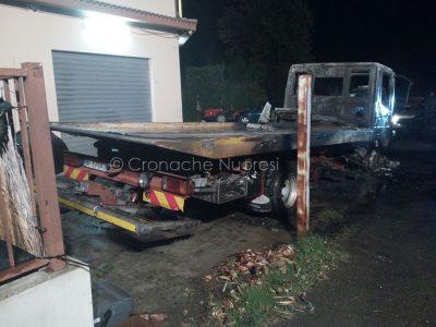 Uno dei due carriattrezzi dati alle fiamme nella notte