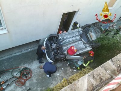 L'intervento di soccorso all'automobilista dopo l'incidente in via Ichnusa