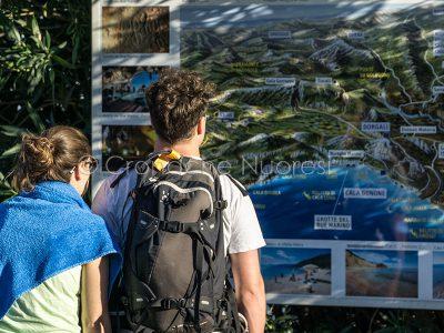 Coppia di turisti a Cala Gonone (© foto S.Novellu)