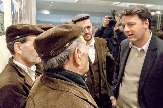 Matteo Renzi con i Tenores di Bitti durante la visita a Nuoro (© foto S.Novellu)